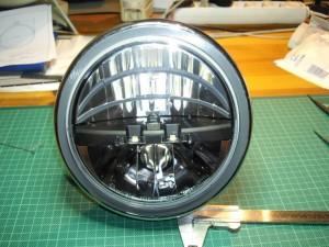 LED-Scheinwerfer mit Adapter eingebaut